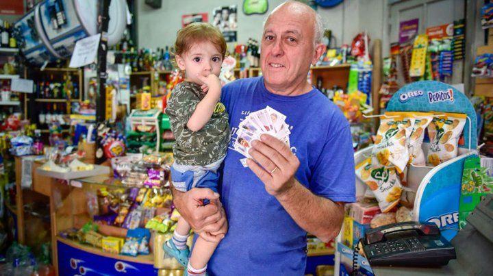 Carlos y su nieto Santiago también juntan figuritas para llenar el álbum del Mundial.