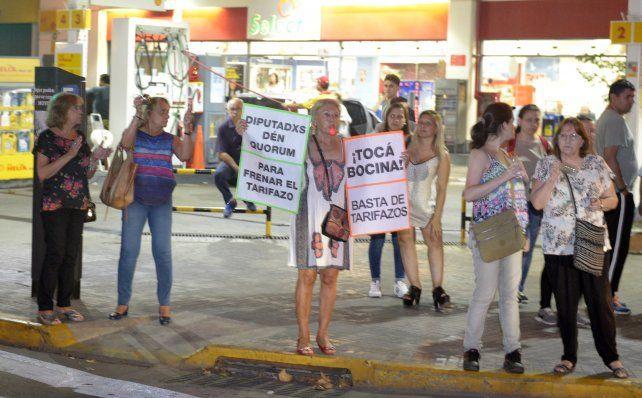 Los rosarinos se congregaron anoche para protestar contra los tarifazos.