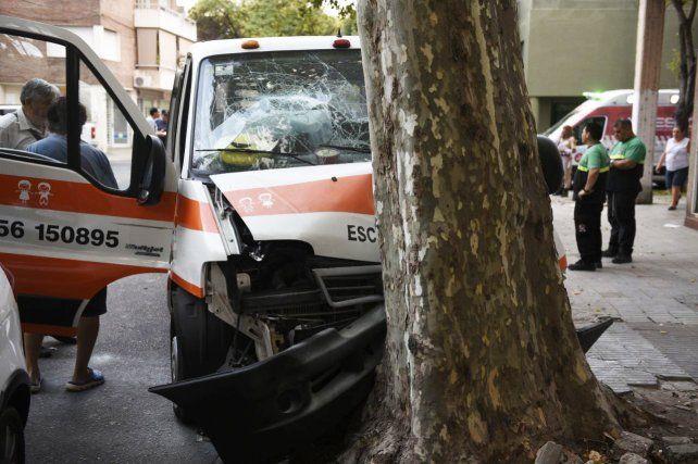 Así quedó. El transporte escolar chocó con una camioneta y luego se estrelló contra un árbol.