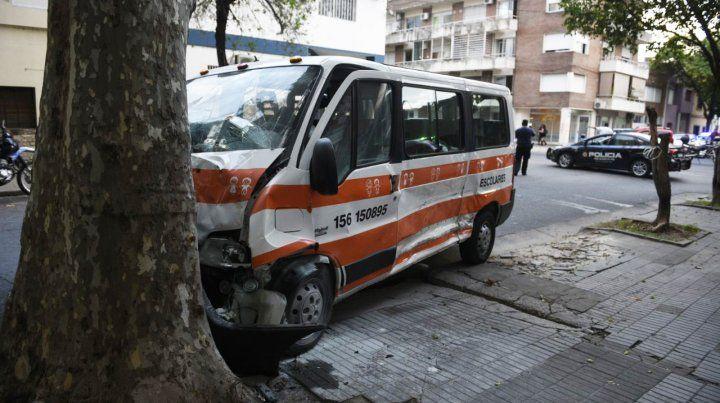 Impacto. La conductora del transporte escolar resultó herida y fue derivada al Centenario.
