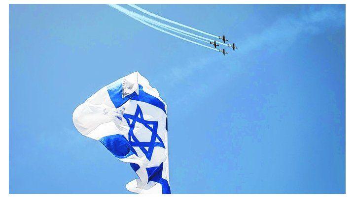 festejo. Una escuadrilla acrobática pasa sobre las playas de Tel Aviv.