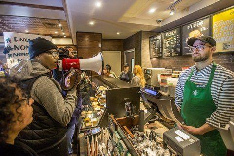 filadelfia. Protestas por la detención de dos clientes afroamericanos.