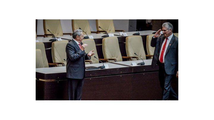 venia. Díaz Canel saluda militarmente a un Raúl Castro que ya es ex presidente