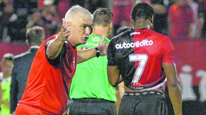 Sin el 7. Omar De Felippe dialoga con el portugués durante el partido con Talleres. El DT se quedó sin una pieza fundamental en la ofensiva leprosa ya que es el goleador con 7 tantos.