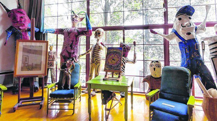 Magia y color. Un enorme esqueleto de papel maché y figuras de Judas habitan el luminoso estudio de Rivera
