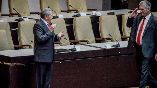 Venia. Díaz Canel saluda militarmente a un Raúl Castro que ya es expresidente