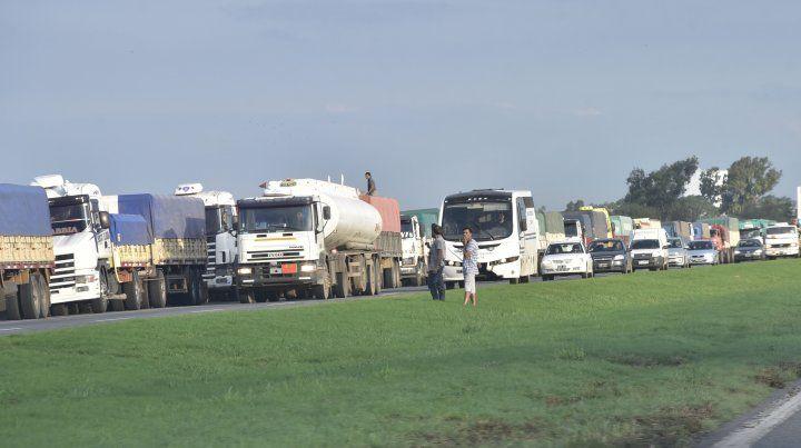En espera. Una interminable cola de camiones se formó en la autopista Rosario-Santa Fe. En las rutas trasversales