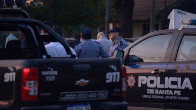 Impacto. Móviles policiales cercaron la zona donde el lunes se produjo un triple crimen en Granadero Baigorria