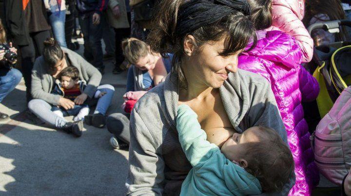 Cuestión de género. Una madre alimenta a su hijo. Las mujeres que tienen niños y trabajan declaran que no tienen tiempo libre para ellas.