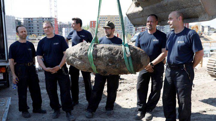 Desactivada. Policías posan junto al artefacto desenterrado.