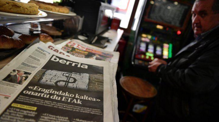 Difusión. Las disculpas de ETA aparecieron ayer en las portadas de los diarios vascos Gara y Berria.