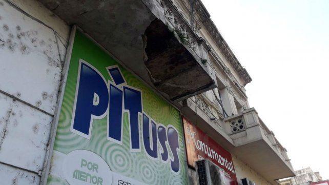 El pedazo de balcón cayó sobre calle San Luis al 1300.