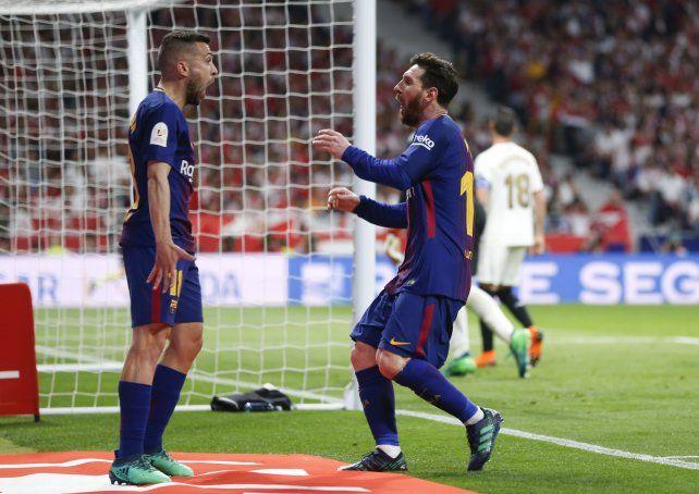 Messi acaba de marcar y corre a buscar a su compañero Jordi Alba
