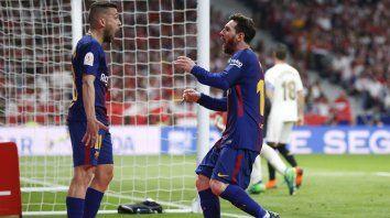 Messi acaba de marcar y corre a buscar a su compañero Jordi Alba, autor del pase.