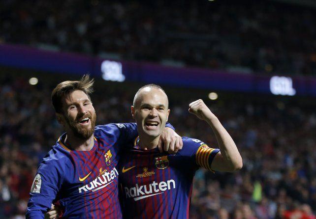 Messi festeja con Iniesta