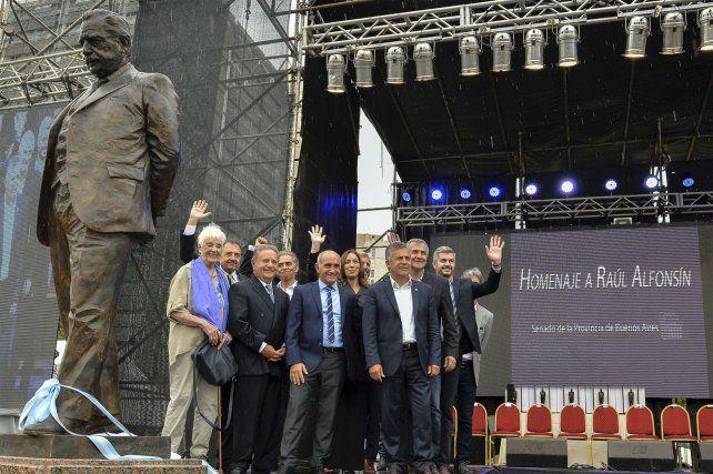 ¿Prenda de Unidad? Con la estatua que recuerda a Alfonsín