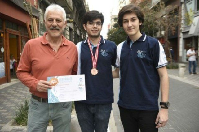 El profesor Juan Farina junto a los estudiantes Lucas Díaz e Ignacio Lembo.
