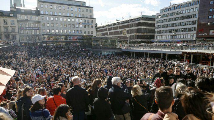 Adiós. Una multitud se reunió en la plaza céntrica de Estocolmo para corear los temas de Avicci.