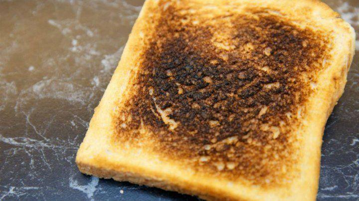 La acrilamida es una sustancia que se genera al cocinar alimentos ricos en almidón a altas temperaturas.
