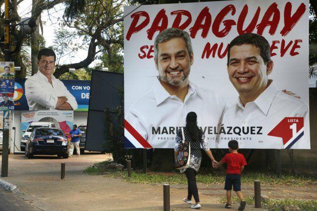 Compulsa electoral. Un afiche de los aspirantes colorados al sillón presidencial del Palacio de López.