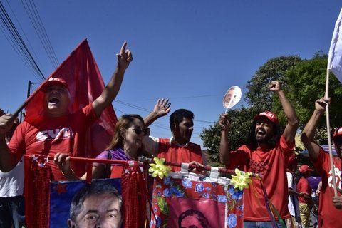 aguante. Militantes del PT y las organizaciones sociales acampan en Curitiba. No nos vamos hasta que salga.