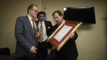 Diputados distinguió al periodista Carlos Mut