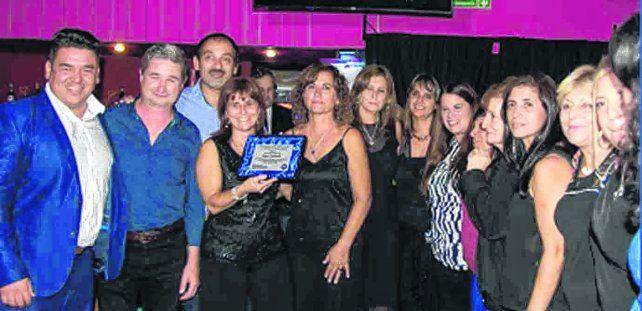 Distinción. El grupo de mujeres de la ONG recibió una plaqueta de reconocimiento del municipio y del Concejo por la tarea de compromiso comunitario.