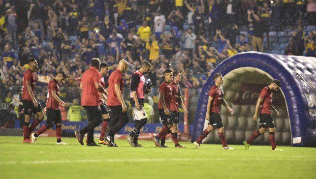 Desazón. El equipo leproso se retira tras la derrota sufrida ante Boca en La Bombonera.