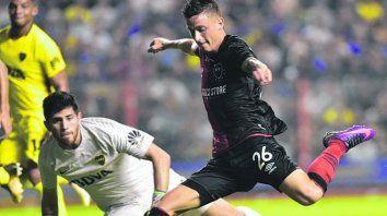 Al gol. Héctor Fértoli eludió ar arquero y se apresta a marcar el único tanto rojinegro.