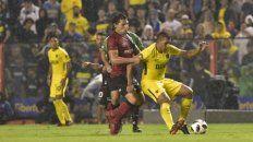 Con todo. Fontanini trata de detener al goleador de la noche, Wanchope Abila. El conjunto rojinegro trató de jugar de igual a igual.