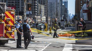 Una camioneta atropelló a una decena de peatones en Toronto