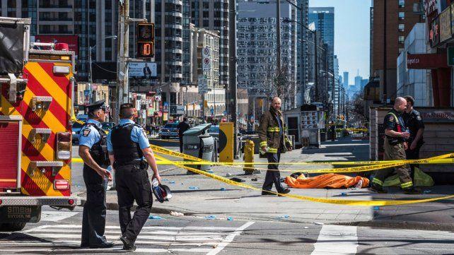 Un conductor atropelló y mató a diez personas en Toronto