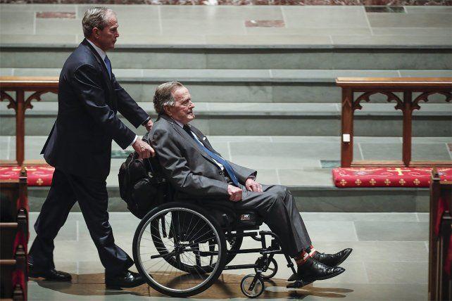 Hospitalizado. George Bush padre está internado tras el funeral de su esposa Barbara.