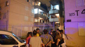 Los vecinos conmocionados, anoche, en la puerta de la torre afectada.