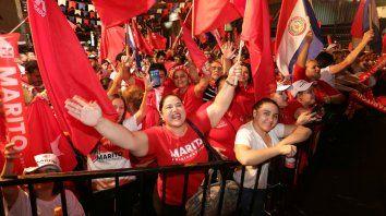 Felices. La militancia colorada pudo festejar en Asunción, aunque estuvo lejos de la victoria que esperaba.