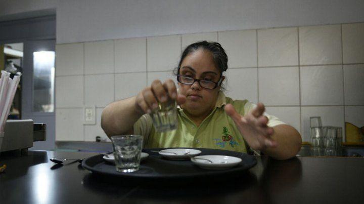 Abrió en Rosario el primer bar inclusivo que contrata a personas con discapacidad