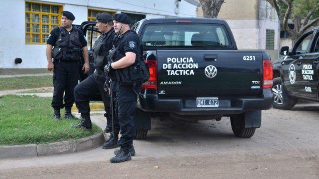 Un gran número de efectivos de las PAT acompañaron al agente herido al Clemente Alvarez.