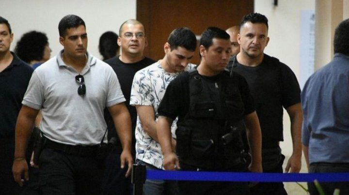 Tubi Segovia ingresa esposado a la sala de audiencias en Tribunales.