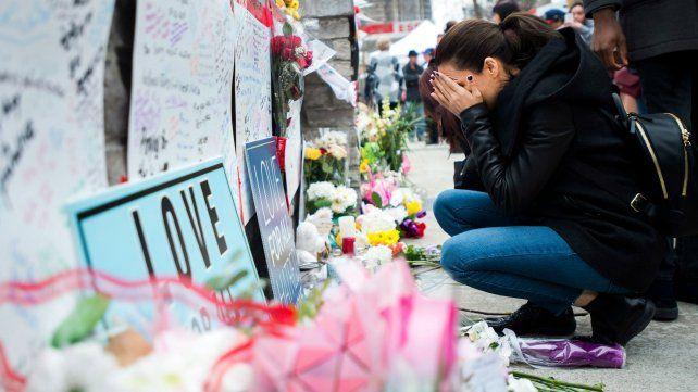 Condolencias. Una canadiense no puede contener el llanto ante un memorial por las víctimas de Toronto.