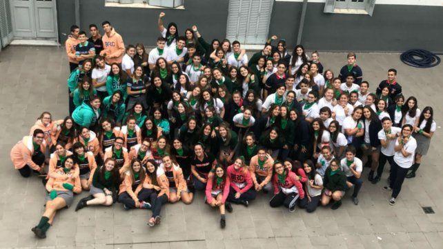 Los alumnos del Colegio Jesús de Nazareth lucieron ayer pañuelos verdes en favor del aborto en el patio de la escuela.