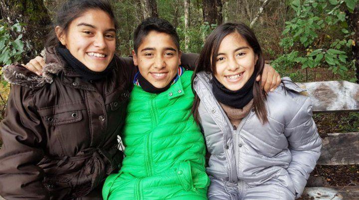 Una pareja gay de neuquinos adoptó a tres hermanos adolescentes de Luján