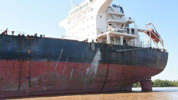 El buque de Hong Kong y las marcas del impacto en su flanco izquierdo.