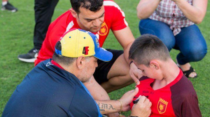 El video del emotivo encuentro de Maradona con un chico sin piernas