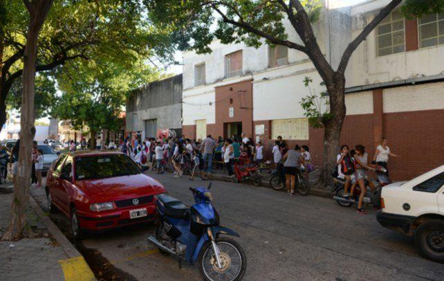 La escuela Nº79 República del Paraguay está ubicada en Mitre al 5300.