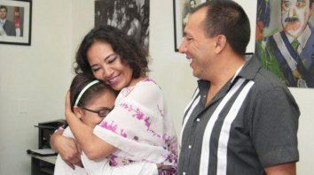 Festejo. Tiziana celebra junto a sus padres.