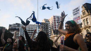 Corpiñazo en Buenos Aires en apoyo a alumna reprendida por no usar sostén
