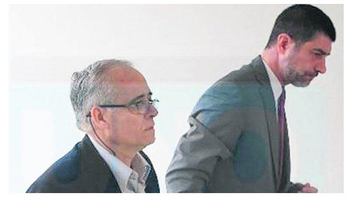 Tranquilo. El sacerdote Ilarraz ingresa a los tribunales de Paraná.