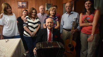 Guillermo, su entrañable bandoneón y su familia celebrando los 100 años.