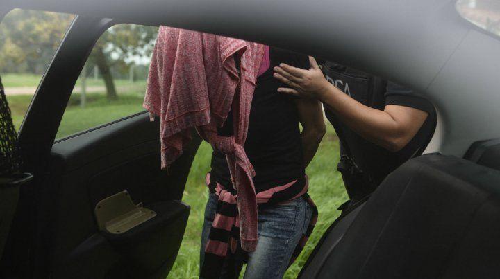 Daniela Ungaro es trasladada por un móvil de la Policía de Seguridad Aeroportuaria (PSA).