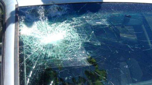 El atacante llegó a apedrear el auto en el que viajaban la hermana y la madre de su expareja.